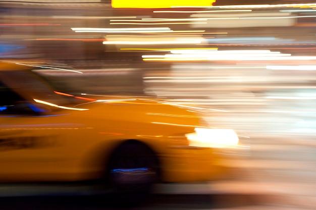 Unscharfes bild eines gelben taxis in manhattan, new york city, usa Premium Fotos