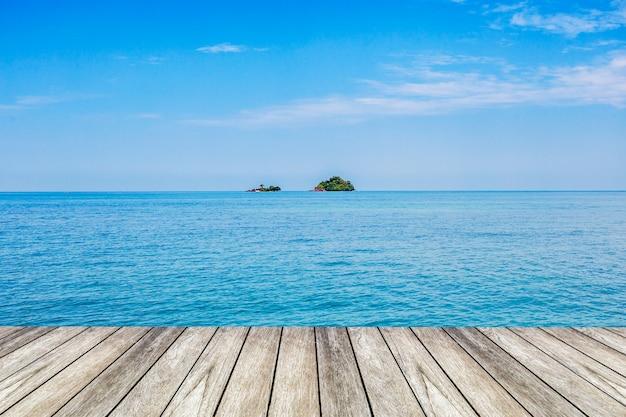 Unter dem blauen himmel, hölzerne plattform neben dem meer. Premium Fotos