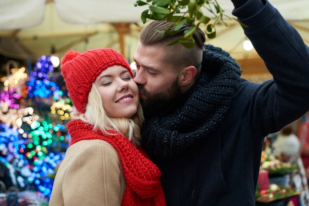 Unter der mistel zu küssen ist tradition Kostenlose Fotos
