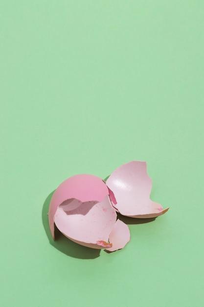 Unterbrochenes rosa osterei auf tabelle Kostenlose Fotos