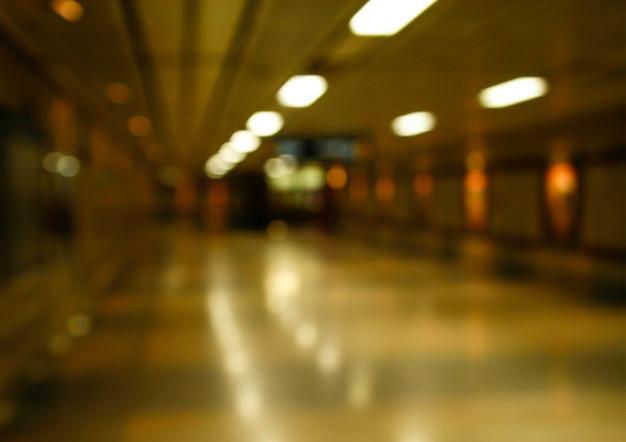 Unterführung in verschwommenem gedämpftem licht für hintergrund Premium Fotos