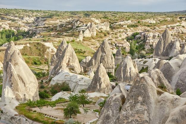 Untergrundstadt kappadokiens innerhalb der felsen, alte stadt der steinsäulen. fabelhafte landschaften der berge von kappadokien-göreme, türkei Premium Fotos