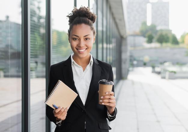 Unternehmensfrau, die notizblock hält Kostenlose Fotos