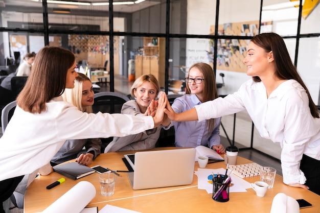 Unternehmensfrauen, die den erfolg feiern Kostenlose Fotos