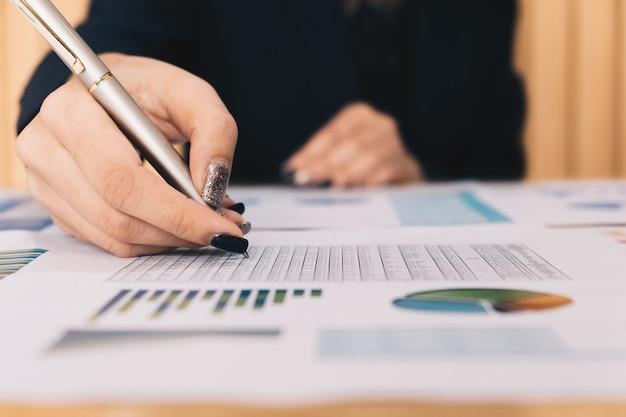 Unternehmensinvestitionsberater, der bilanz der jahresfinanzbericht des unternehmens analysiert Premium Fotos