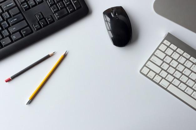 Unternehmenskonzept. draufsicht des schreibtischarbeitsplatzes mit tischrechner Premium Fotos