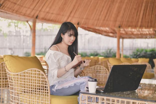 Unternehmenskonzept. junge geschäftsfrau, die in einem café arbeitet. Premium Fotos