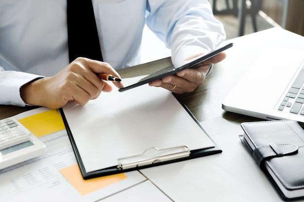 Unternehmensleiter, der tablette für datenreport-investition verwendet Premium Fotos