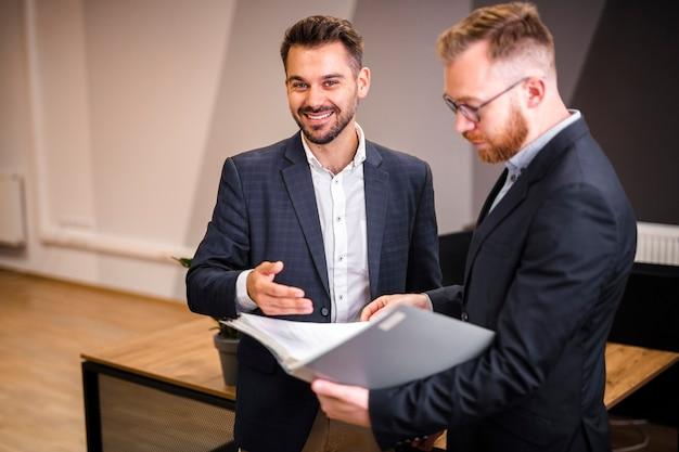 Unternehmensmänner, die zusammenarbeiten Kostenlose Fotos