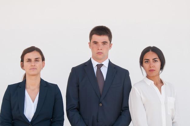 Unternehmensporträt des ernsten erfolgreichen geschäftsteams Kostenlose Fotos