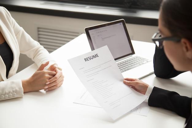 Unternehmensvertreter, die bewerber bei der einstellung lesen Kostenlose Fotos