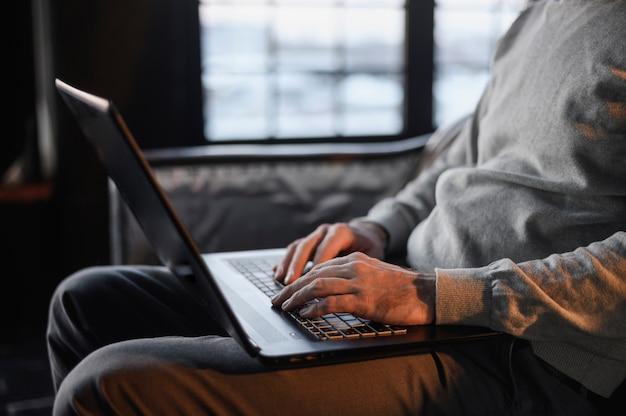 Unternehmer, der fernarbeit genießt Kostenlose Fotos