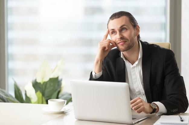 Unternehmer stellt sich positive arbeitsergebnisse vor Kostenlose Fotos