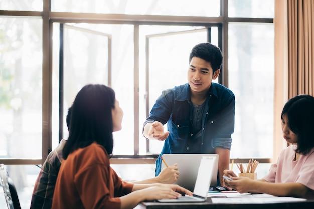 Unternehmer-teamwork-meeting, um die investition zu besprechen. Premium Fotos