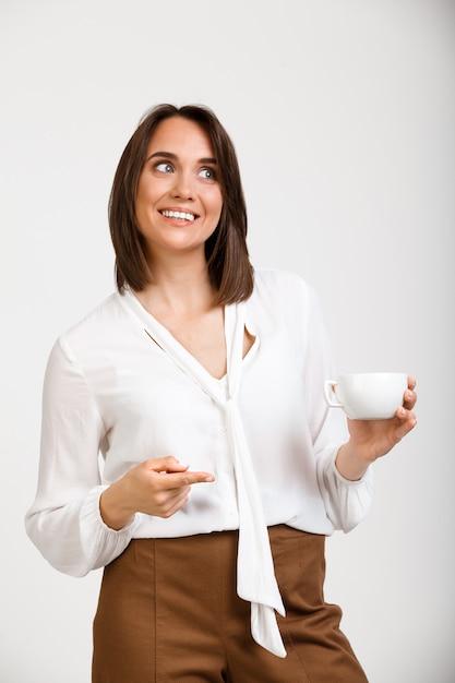 Unternehmerin, kaffeepunkt bei mitarbeiter trinken, lächeln Kostenlose Fotos