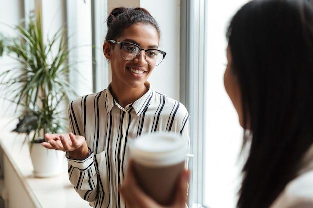Unternehmerinnen kollegen miteinander zu reden Kostenlose Fotos