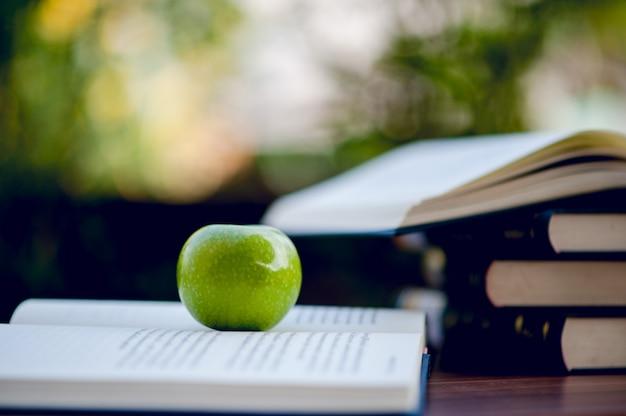 Unterrichtsmaterial, tafeln und bücher Premium Fotos
