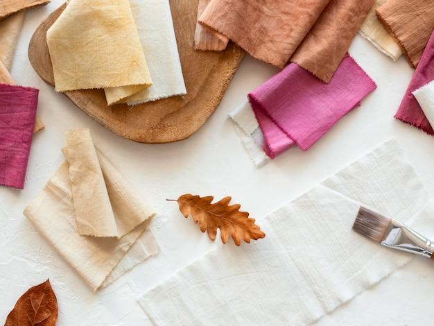 Unterschiedlich gefärbte tücher mit natürlichen pigmenten Premium Fotos