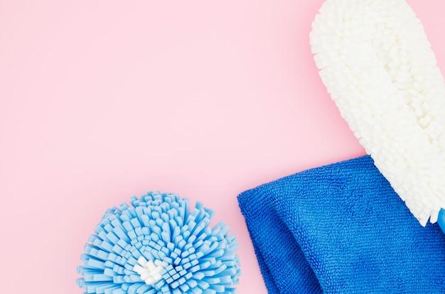 Unterschiedliche art des reinigungsschwammes mit blauer serviette auf rosa hintergrund Kostenlose Fotos
