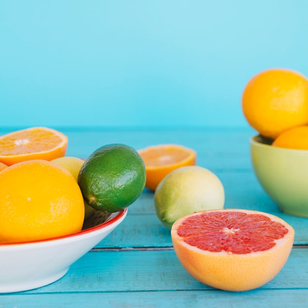 Unterschiedliche art von gesunden zitrusfrüchten auf hölzernem schreibtisch Kostenlose Fotos