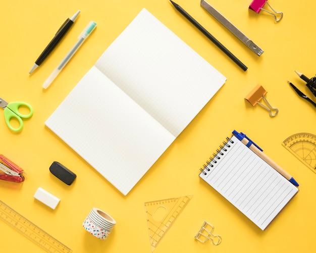 Unterschiedliche art von schreibwaren auf gelbem hintergrund Kostenlose Fotos