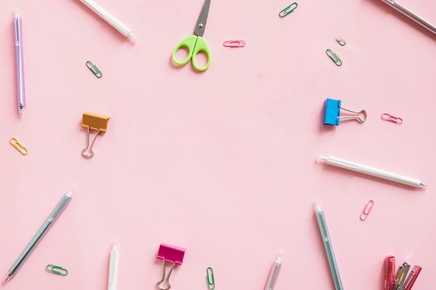Unterschiedliche art von schreibwaren auf rosa hintergrund Kostenlose Fotos