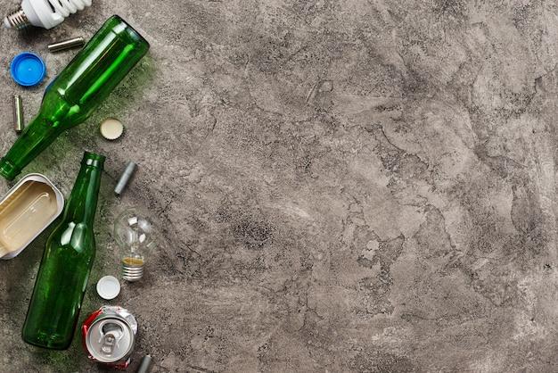 Unterschiedlicher abfall sortiert für die wiederverwertung auf grauem hintergrund Kostenlose Fotos