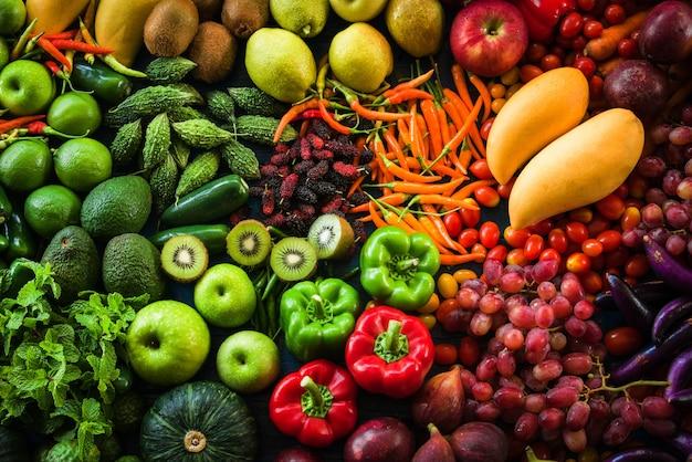 Unterschiedliches frisches obst und gemüse organisch für das essen gesund und nährend Premium Fotos