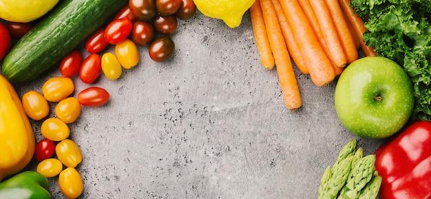 Unterschiedliches geschmackvolles gemüse auf rauem hintergrund Premium Fotos