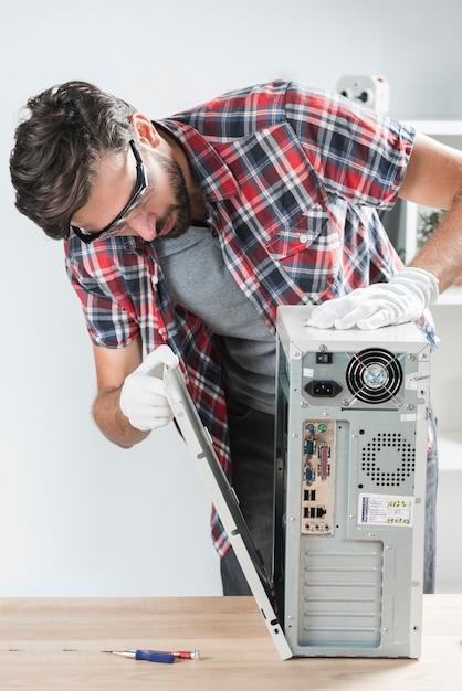 Untersuchungscomputer-cpu des männlichen technikers Kostenlose Fotos
