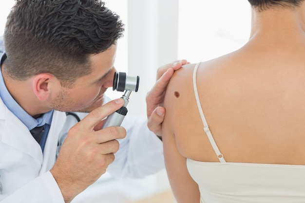 Untersuchungsmole doktors auf rückseite der frau Premium Fotos