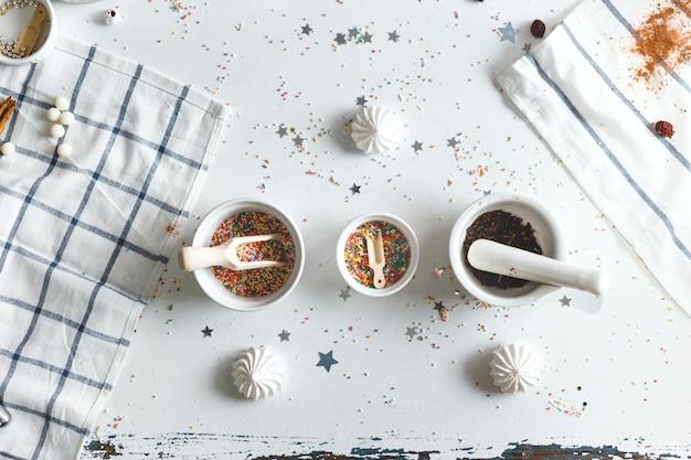 Untertasse mit süßigkeiten streusel und süßigkeiten Premium Fotos