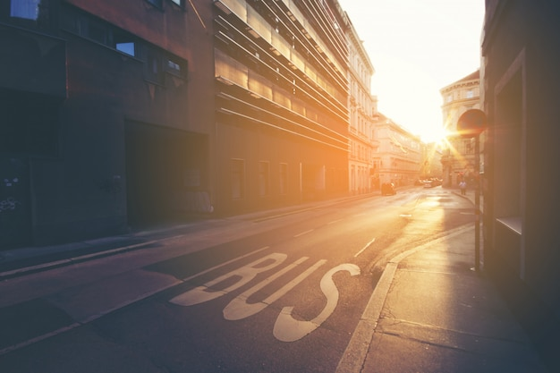 Unterzeichnen sie auf straßenbus, detail eines zeichens, das auf dem asphalt gemalt wird Premium Fotos