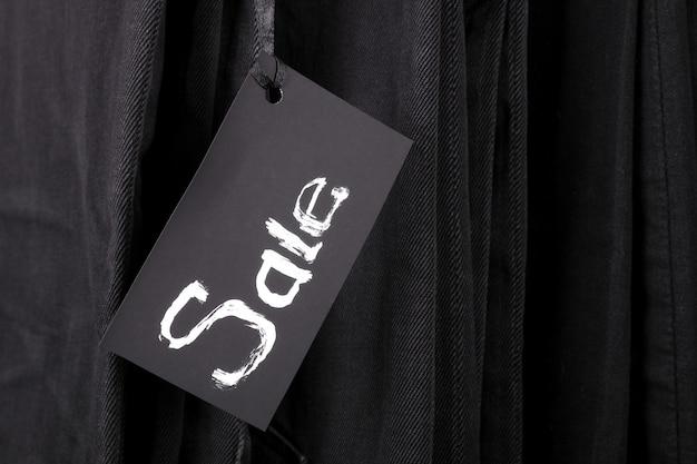 Unterzeichnen sie verkauf auf schwarzem hosen- und jeanshintergrund. Premium Fotos