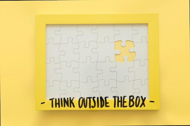 Unvollständiger puzzlespielrahmen mit denken außerhalb der kastenmitteilung Kostenlose Fotos