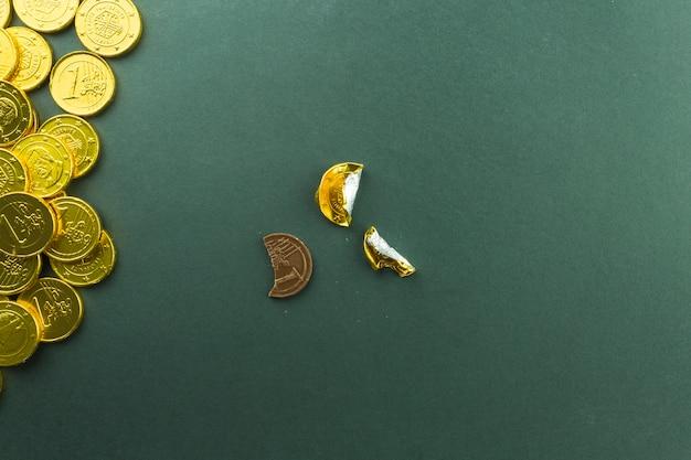 Unwrapped behandeln nahe stapel der münzen Kostenlose Fotos