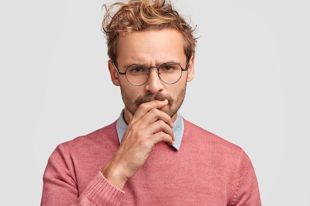 Unzufriedenheit trauriger europäischer männlicher unternehmer mit mürrischem gesichtsausdruck, stirnrunzeln in unzufriedenheit, verwirrt, hand in mund, freizeitkleidung, finanzkrise, viele schulden Kostenlose Fotos