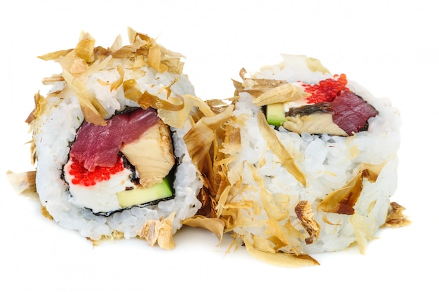 Uramaki-maki sushi, zwei rollen lokalisiert auf weiß Premium Fotos