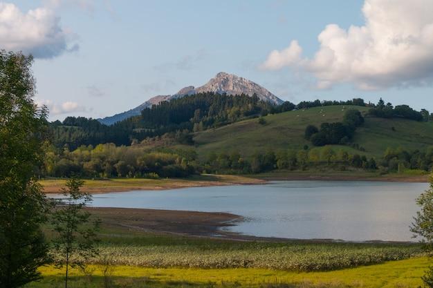 Urkulu-reservoir und sein ländliches gebiet, in aretxabaleta, baskenland. Premium Fotos