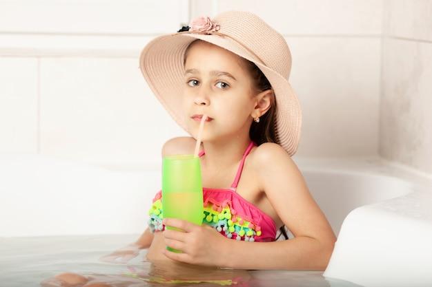 Urlaub zu hause kinderruhe im badezimmer Premium Fotos