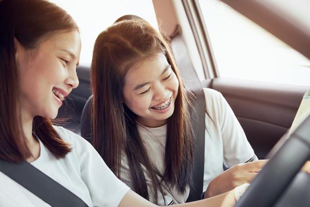 Urlaubszeit und reisen, schöne junge frauen reisen zusammen fröhlich zusammen Premium Fotos