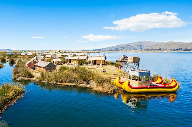 Uros-insel auf titicaca-see nahe puno-stadt in peru Premium Fotos