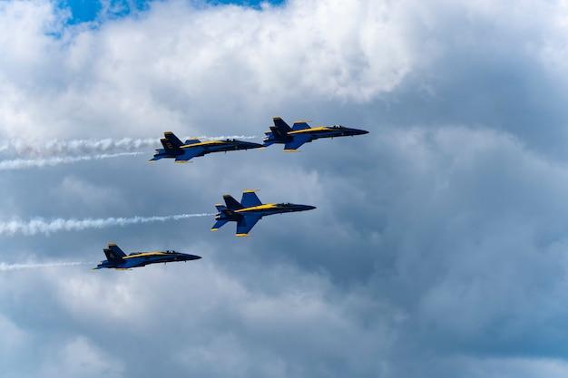 Us-blaue flugzeuge führen in der flugschau durch Premium Fotos