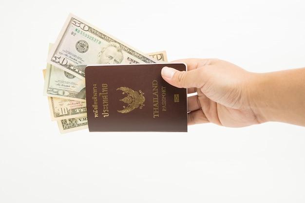 Us-dollar in thailand-pass an hand lokalisiert auf weißem hintergrund. Premium Fotos