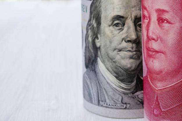 Us-dollar und china yuan-banknote auf weißem hintergrund. Premium Fotos