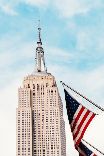 Usa fahnenschwingen in der nähe von empire state building Kostenlose Fotos
