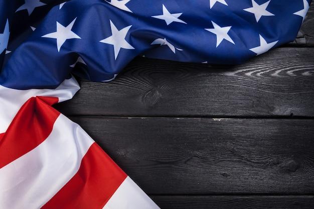 Usa-flagge auf dunklem holztischhintergrund Premium Fotos