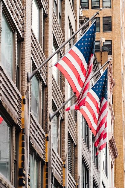 Usa-flaggen am gebäude Kostenlose Fotos