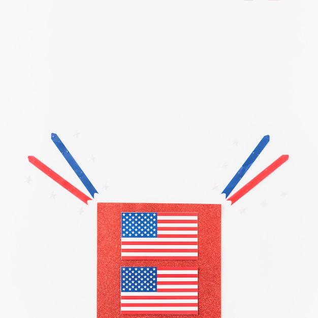 Usa-flaggen und bänder auf rotem samt Kostenlose Fotos