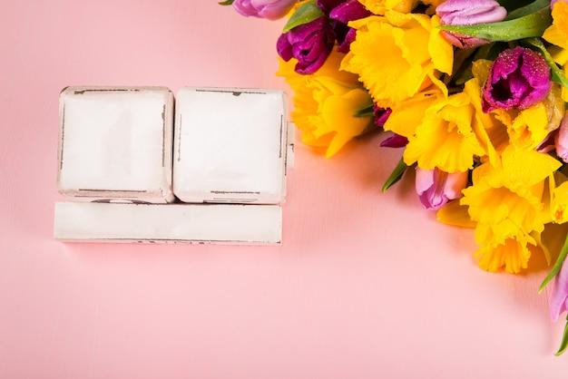 Usa muttertag, 12. mai 2019, tulpen und narzissenblumen Premium Fotos